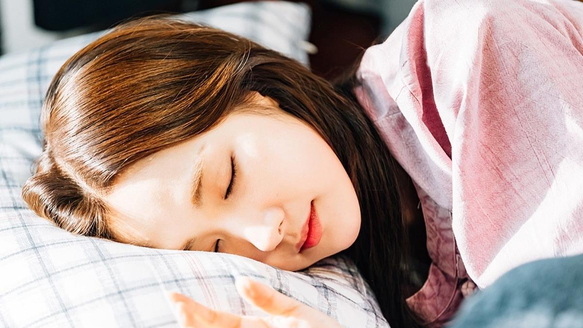 睡著時手掌朝上代表...? 睡姿看個性不稀奇,你怎麼睡透露出身體可能出了這些問題?