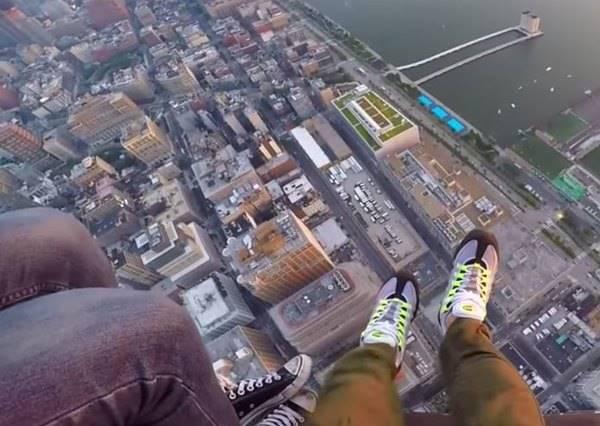 喜歡拍腳到此一遊嗎?這種「鞋子自拍」能讓你的照片拍出新高度!