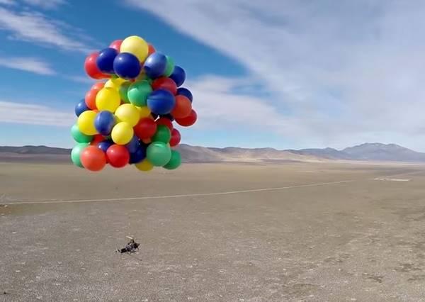 《天外奇蹟》真人版!瘋狂男子用了90顆氣球飛上天