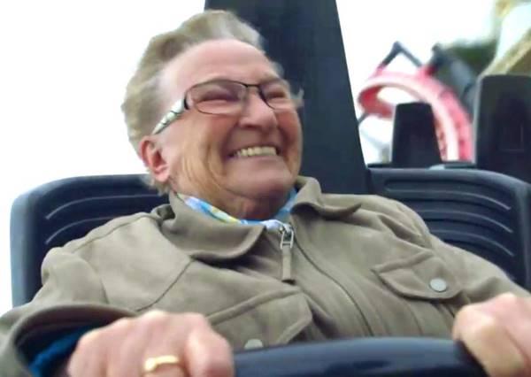 你絕對猜不到這個78歲老奶奶初次玩過雲霄飛車的第一句話是什麼!