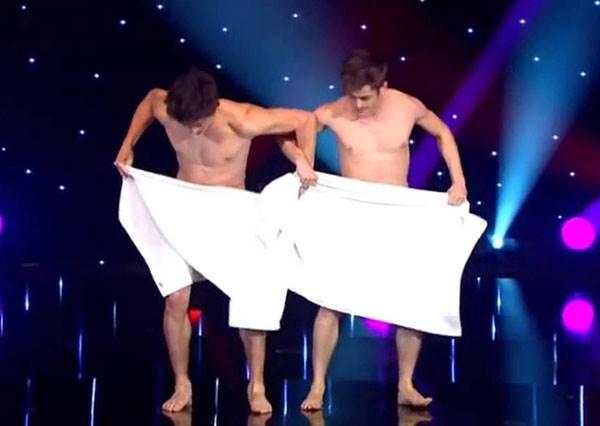旋轉跳躍我不露點!法國裸男大跳毛巾舞,讓你看的心癢癢