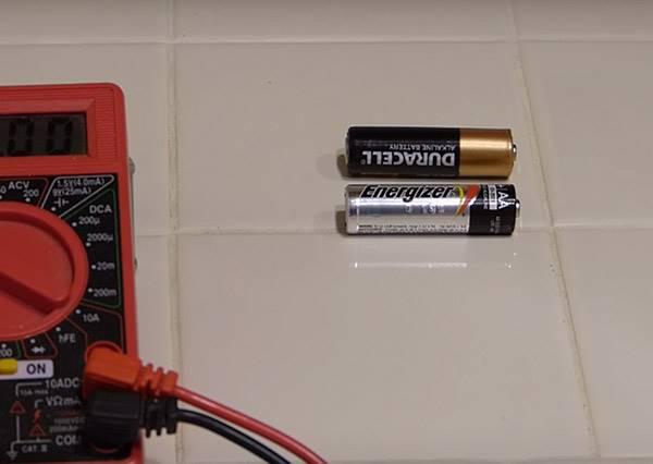 忘記電池是不是還有電,居然只要用丟的就能分辨?
