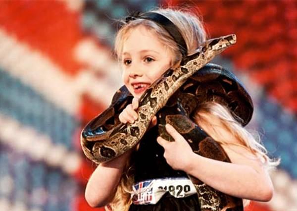 9歲女童身繞蟒蛇上達人秀演說,當她說到最後一句話時,全場觀眾皆泛淚為她鼓掌