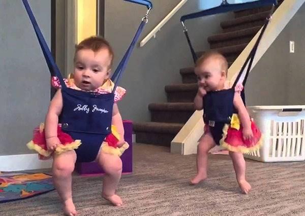 雙胞胎BABY跳舞已經夠可愛了,但如果再配上各種音樂...會讓你笑到停不下來!