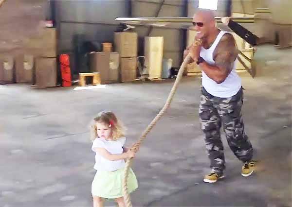影音/來自兩歲小女孩的艱難任務!巨石強森為此竟被揪著走?!