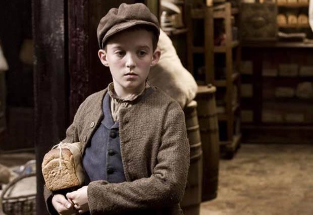 小男孩手上的麵包,帶我們用122秒看完英國122年來的歷史!