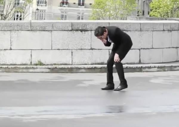 穿牛仔褲的人和穿西裝的人同樣昏倒在路邊,路人反應實在殘酷了!