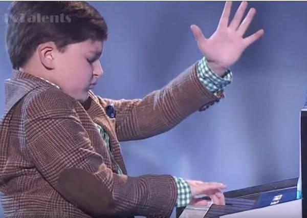 9歲男孩自稱是鋼琴天才,當他彈完第一節所有人都相信了!