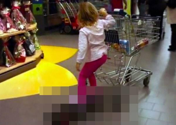 當顧客站上這款特製購物車後,不管大人小孩全都玩瘋了!
