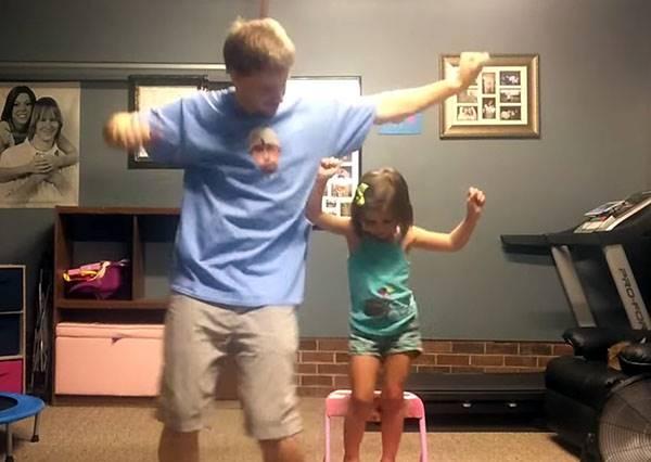 看完這對可愛父女搞笑大跳Shake It Off,你的煩惱也通通甩掉了!