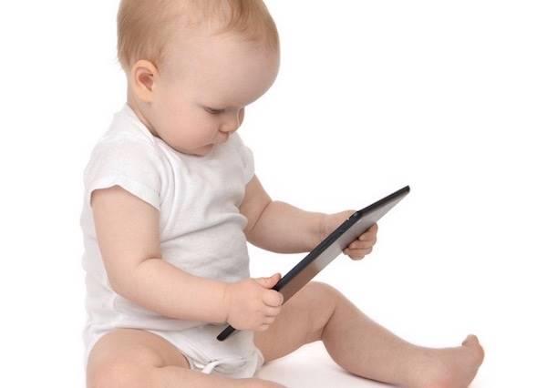 玩習慣ipad的小baby,第一次拿到雜誌居然是這種反應?(父母必看)
