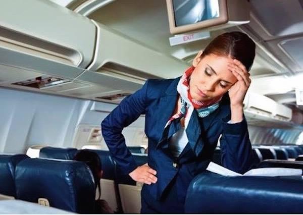 在說了100次飛機起降時不能使用電子產品後,美女空姐終於抓狂了!