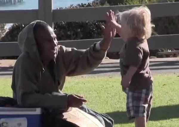 這些人受訪時都說會幫助別人,但下一秒在街上看到遊民時,他們的反應又是如何?(超震撼)