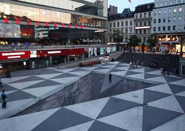 走在廣場上居然出現那麼大的洞?這是巨人挖的陷阱嗎?