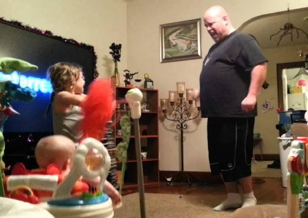 原本媽咪想用攝影機監看小孩,卻意外拍到玩最High的人竟然是他們的爸爸!
