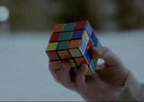 一手丟球一手解魔術方塊只要18秒!?這個人把魔術方塊玩出新Level!