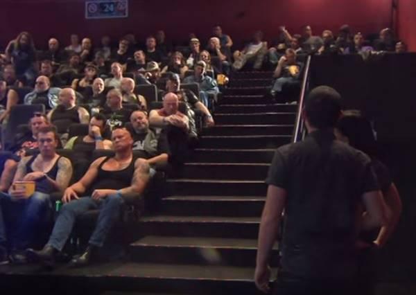 這些情侶走進電影院發現坐滿刺龍刺虎的大哥們......最後結果怎麼會這麼開心!?