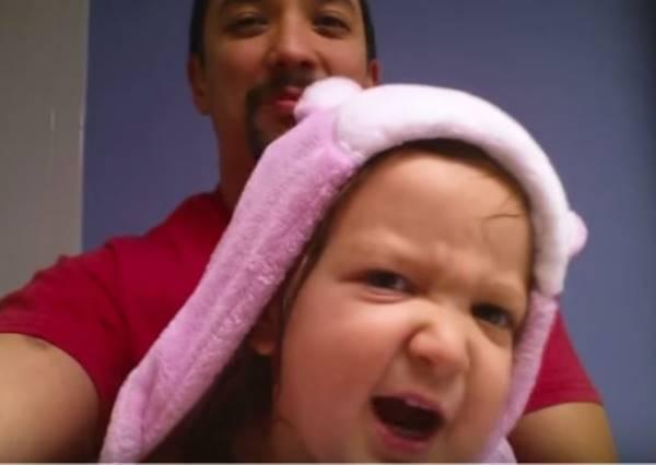 小女娃平時都笑的很甜美,可是一唱起ABC兒歌立刻變成用生命在唱歌的重金屬歌手!