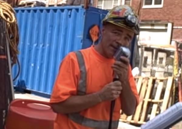 這個工人一到午休時間就會立起麥克風,然後讓路人陶醉到忘記施工噪音!