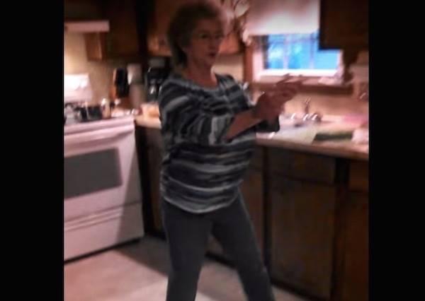 媽媽本來正在專心煮飯,當音樂催落去,她的反應讓女兒忍不住錄下來當傳家寶!