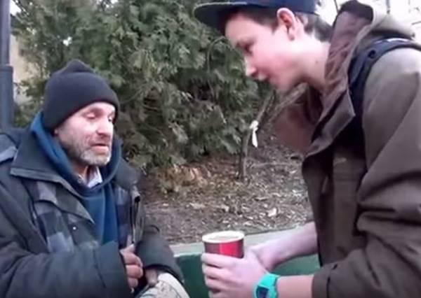 魔術師拿走流浪漢大叔手中的熱咖啡後,結局讓人超驚訝又暖心