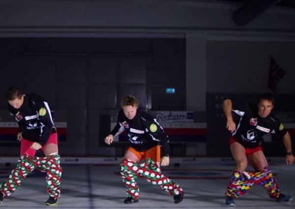 不用手穿褲子已經很難了,這四個猛男還能邊穿邊跳舞!?