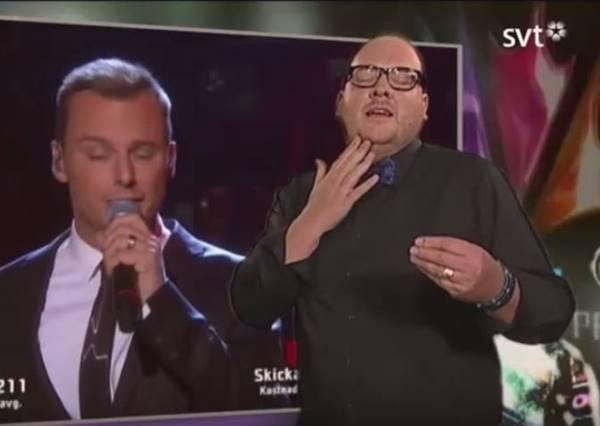 大家正準備看歌手代表國家參加世界大賽,當音樂一下,鏡頭居然全被超有戲的手語翻譯搶走了!