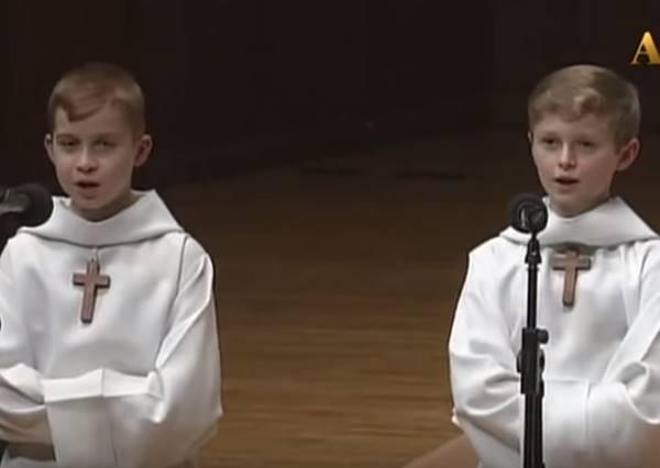 兩個合唱團小正太要來表演莊嚴的詩歌,結果開口後居然一路「喵~」到結束!?