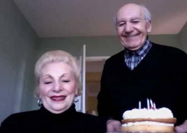 這對老夫妻只是想拍照祝小孩生日快樂,但卻意外拍了一段讓千萬人都愛上的爆紅影片!