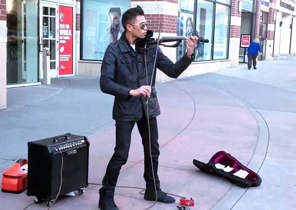 這個街頭藝人明明只拿著小提琴表演,但靠40秒這一招就能演奏出鼓聲!?
