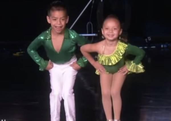 這兩個小小舞者原本還笑的靦腆,音樂一下,立刻狂舞到像是按下快轉鍵!