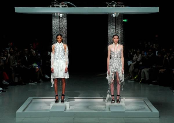 大家都不知道這個設計師為什麼要讓模特兒淋水,但等衣服一濕,真正的創意作品才出現!