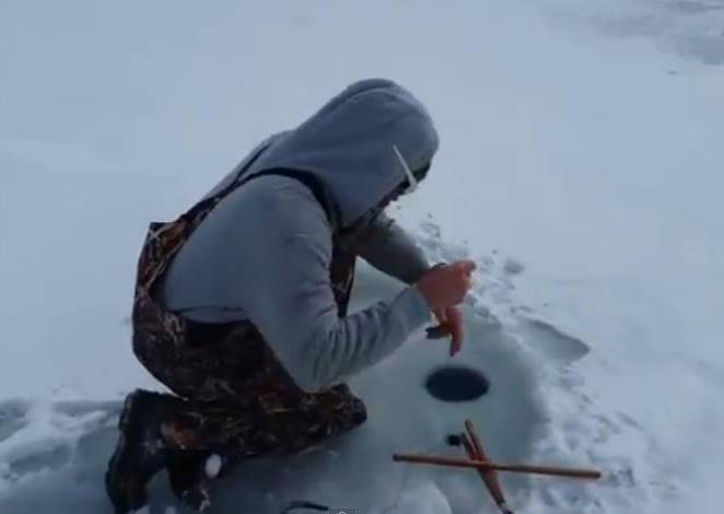 這個釣客最愛在雪地冰釣,但32秒上鉤的「獵物」完全超乎他預期!
