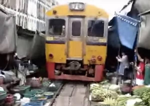 這個菜市場就建在鐵軌上,每當火車經過時,攤販老闆就眼睜睜讓火車壓過那些菜?