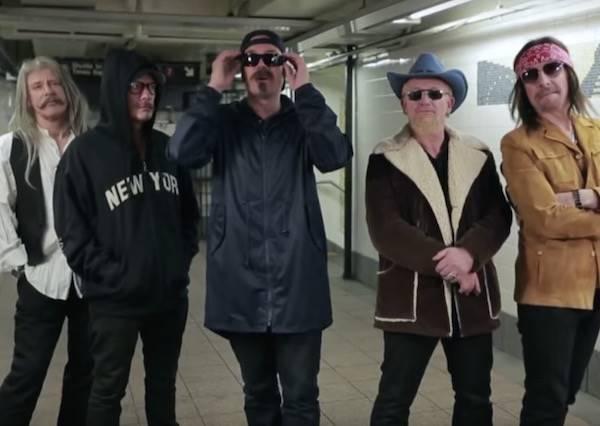 這5個大叔在地鐵表演唱歌,等他們拿下變裝,路人才知道眼前竟是傳奇樂團!