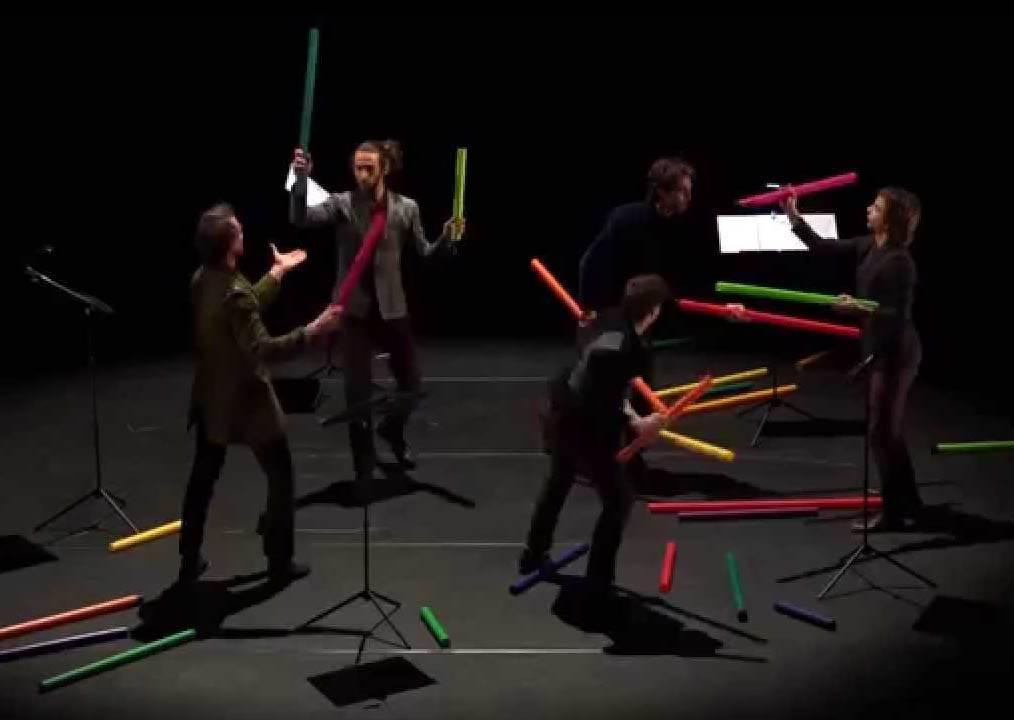 沒人知道這五個人帶一堆水管要幹嘛,當他們開始互相傳遞後,居然真的是一場精采的表演
