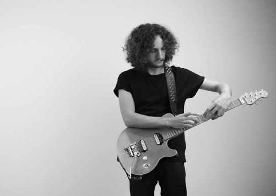 用吉他詮釋電音還不夠,捲髮帥哥還能邊彈邊模仿10大知名音樂人!