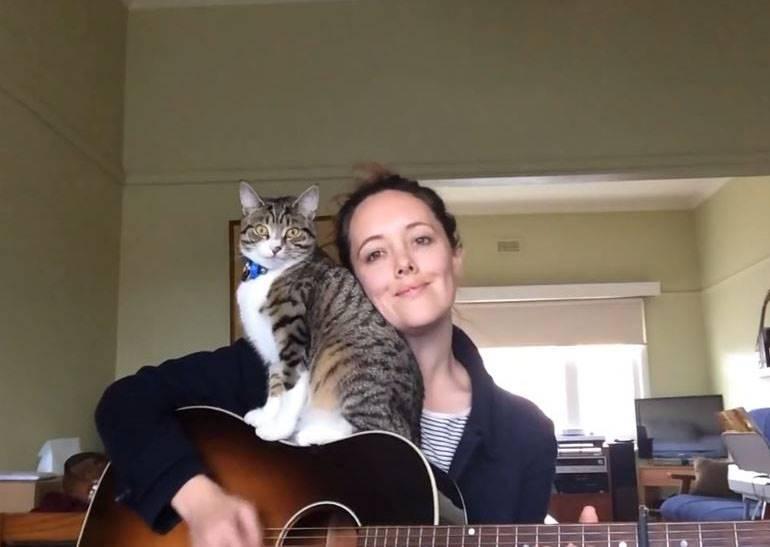 美女歌手只是想錄一首新歌,結果貓咪堅持要讓粉絲看到更多精采畫面...