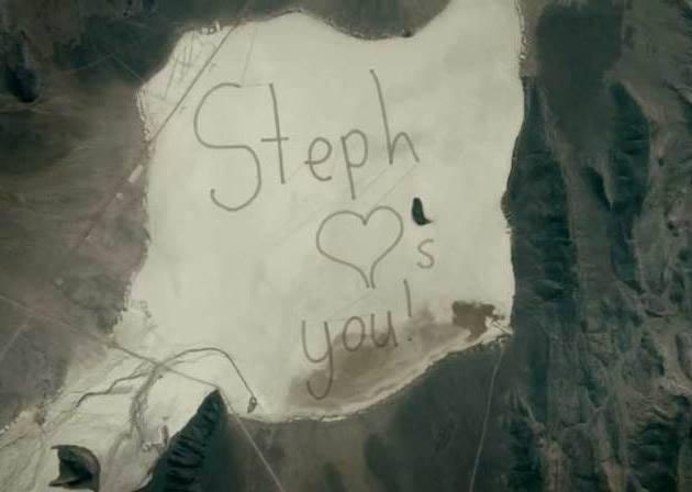為了讓太空人爸爸看到「愛的留言」,女孩居然出動了11台汽車?這封信真的太酷了!