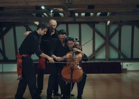 他們說要表演四重奏,結果竟然是四個人同彈一個大提琴?