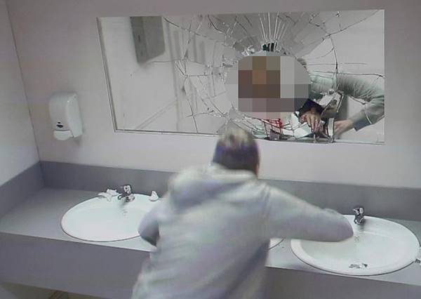 客人在酒吧廁所邊照鏡子邊洗手,眼前突然出現的畫面絕對會讓他們不敢酒駕!