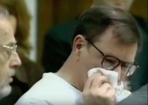 殺人犯聽到每個激動痛罵他的被害家屬都無動於衷,這老先生只淡淡說了一句就讓他瞬間淚崩...