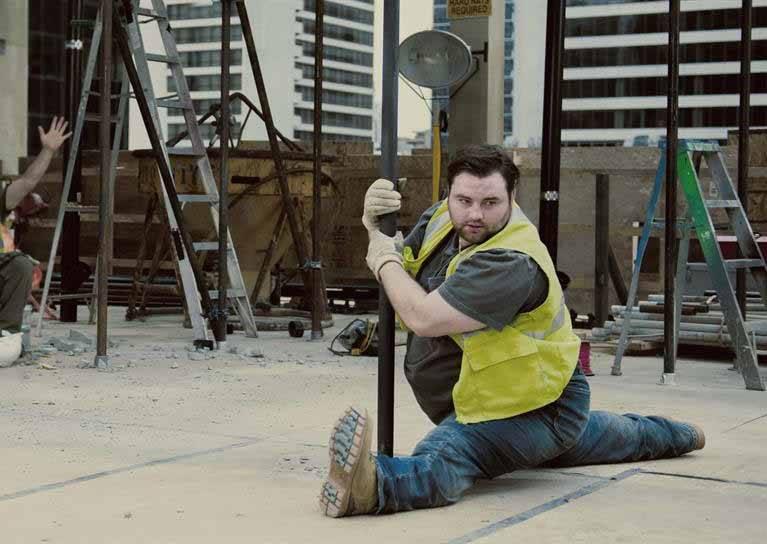 這位小胖哥High到在工地跳起鋼管舞,到底為了哪件事?
