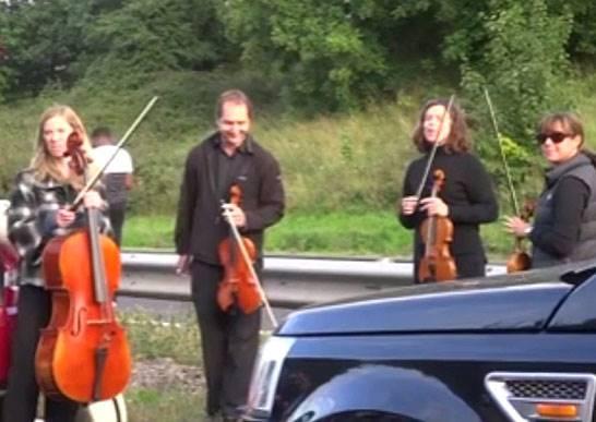這四位音樂家為什麼站在路邊就開始演奏起來?知道原因後你也會希望台灣都能多些這種人