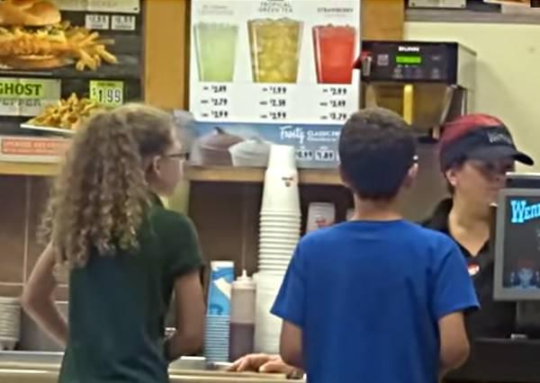 兩姐弟點餐時不夠錢,這名收銀員的反應幫大家上了堂震撼教育!