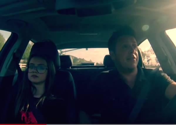 爸爸原本想唱Let It Go打發開車空檔,受夠老梗歌的女兒邀老爸一起完成最可愛的父女饒舌秀