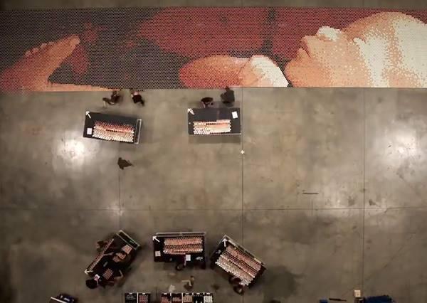 他們把6.6萬杯染色的雨水放在一起,當鏡頭從上由下看後,最終畫面讓所有人都看到生命的感動!
