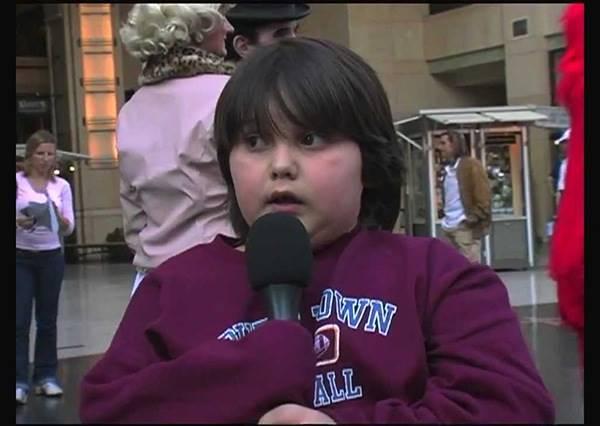 跟偶像說生日快樂到底有多難?這位小男孩緊張的程度讓你以為畫面跳針啦!