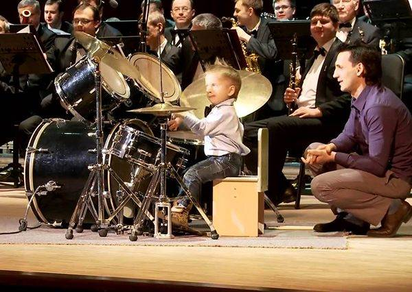 這個3歲小男孩鼓藝厲害到可以帶領交響樂團,尤其1:48秒不慌不忙的反應讓人想叫他「進擊的鼓手」!