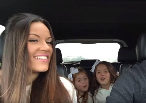 這個家庭在車上開演唱會慶祝家裡又要有新成員,尤其第28秒媽媽一開口,立刻秒殺其他車內表演!